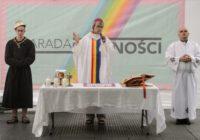 Niemiec w przebraniu księdza parodiuje Mszę św.